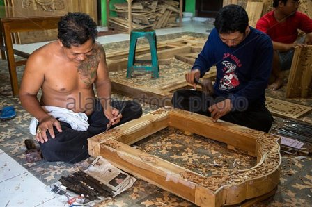 bali-indonesia-woodcarvers-working-on-window-frames-in-workshop-e50m79